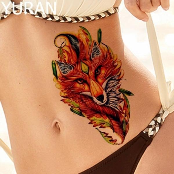 Tatuagem de lobo colorido na cintura