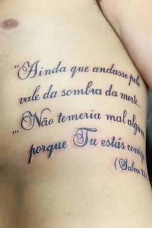 Tatuagem de versículo da Bíblia na costela