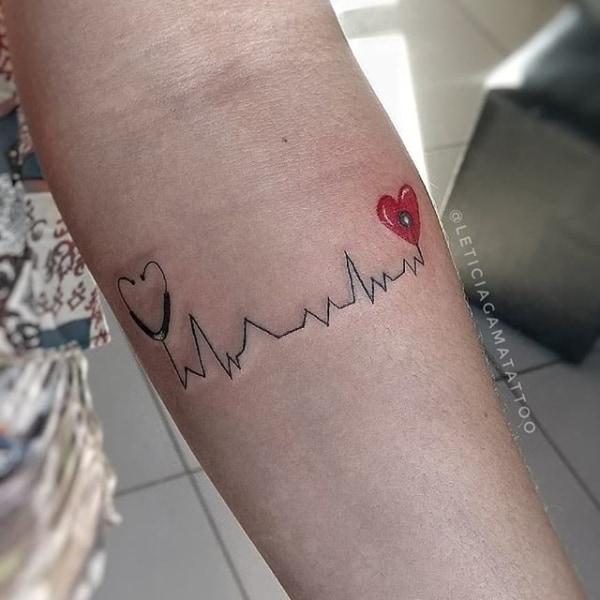 Tatuagem delicada no braço de enfermagem
