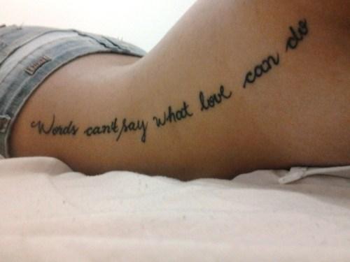 Tatuagem em inglês na costela