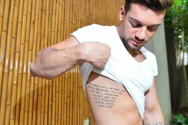O sertanejo Lucas Lucco aderiu à moda das frases na costela