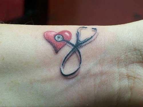 Tatuagem no pulso de enfermagem