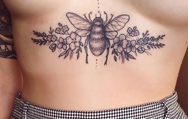 tatuagem embaixo dos seios de besouro com flores
