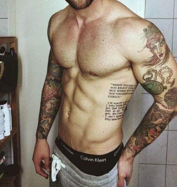Texto tatuado na costela