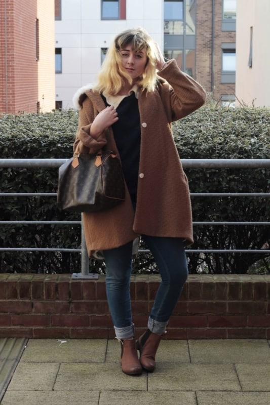 Trench coat e bota chelsea feminina marrom