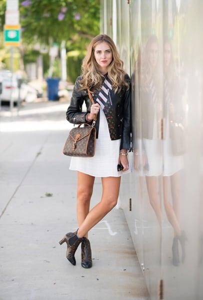 Vestido branco com bota chelsea feminina