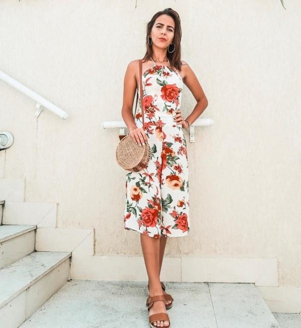 Vestido florido com bolsa redonda de palha