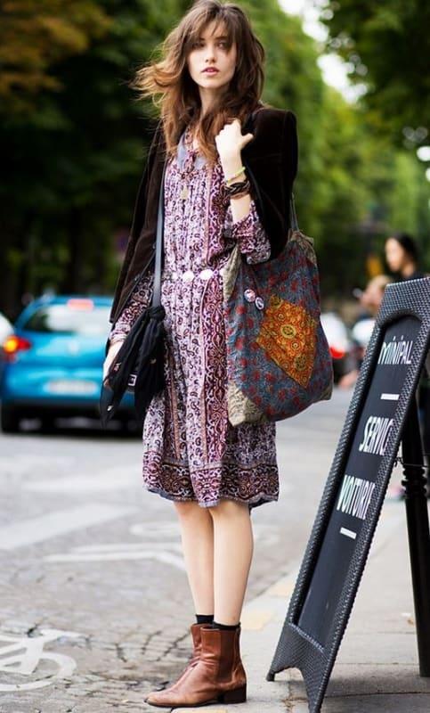 Vestido levinho estampado com bota marrom chelsea