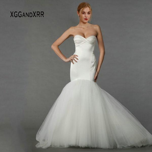 Vestido simples de noiva sereia com saia de tule