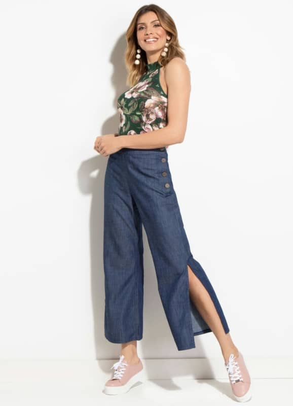 Visual casual com pantacourt jeans e tênis rosê