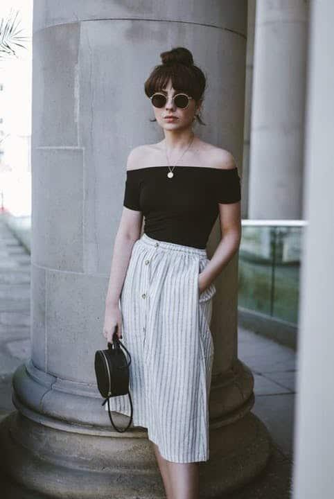 Visual com blusa ombro a ombro e bolsa redonda preta