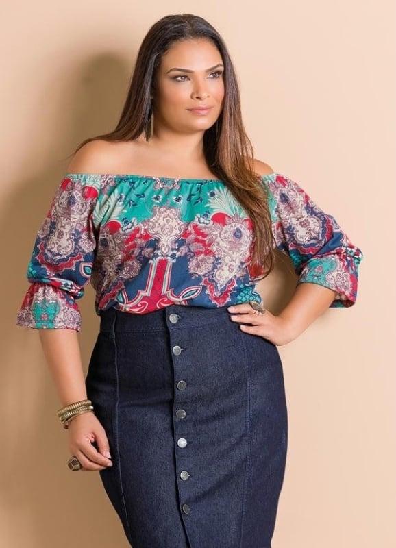 blusa ciganinha plus size com saia jeans