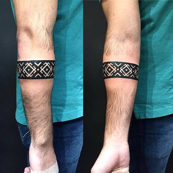 bracelete tatuado no braço