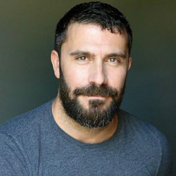 cavanhaque grande e barba cheia