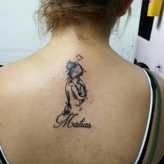 ideia de tatuagem mãe nas costas