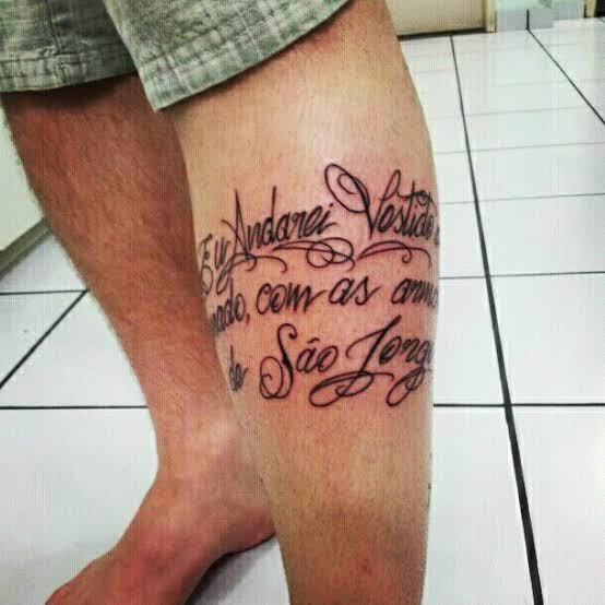 ideia de tatuagem na panturrilha masculina escrita