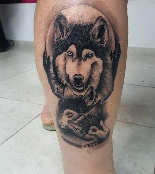 ideia de tatuagem na panturrilha masculina lobo