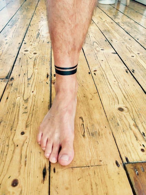 pequeno bracelete na perna