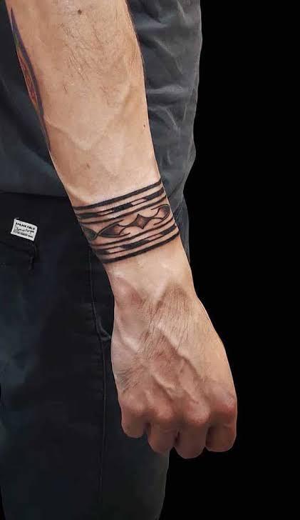 tatuagem bracelete masculino no braço