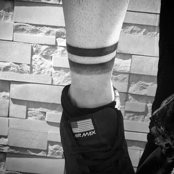 tatuagem de bracelete masculino perna