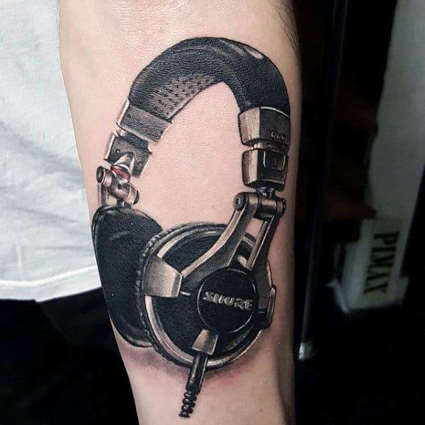 tatuagem de música no braço fone