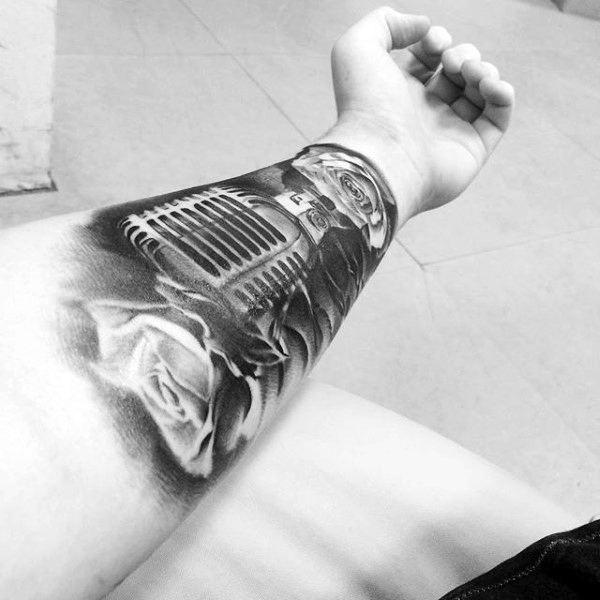 tatuagem de música no pulso microfone com rosas