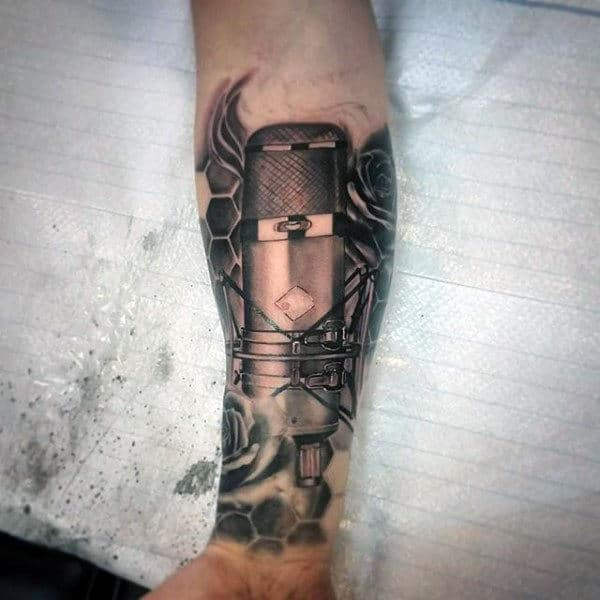tatuagem de música no pulso microfone