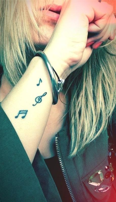 tatuagem de música no pulso minimalista
