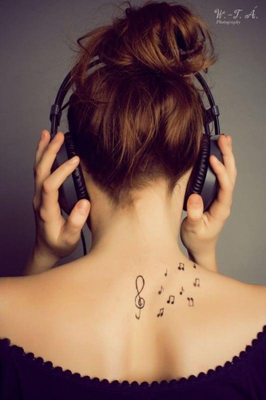 tatuagem de símbolo de música nas costas