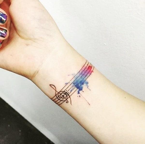 tatuagem de símbolo de música no pulso