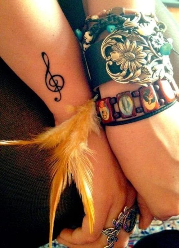 tatuagem de símbolo de música nota pequena