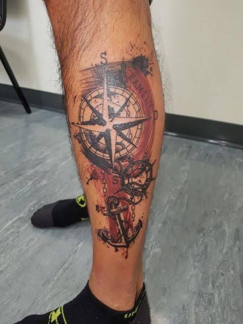 tatuagem na panturrilha masculina bússola colorida