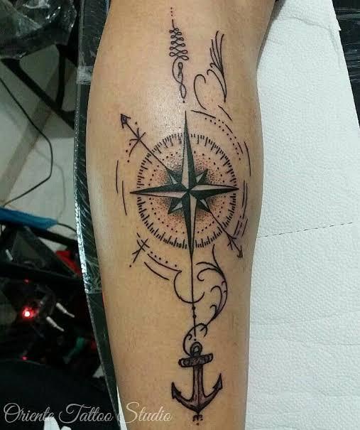 tatuagem na panturrilha masculina bússola ideia