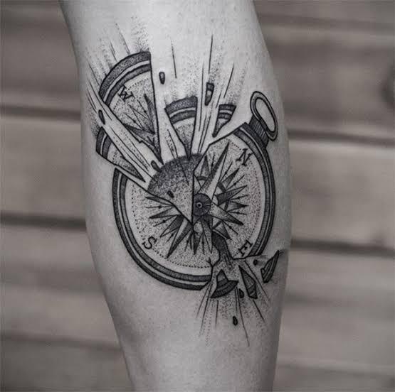 tatuagem na panturrilha masculina bússola quebrada