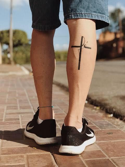 tatuagem na panturrilha masculina cruz fé