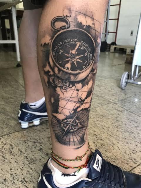 tatuagem na panturrilha masculina de bússola