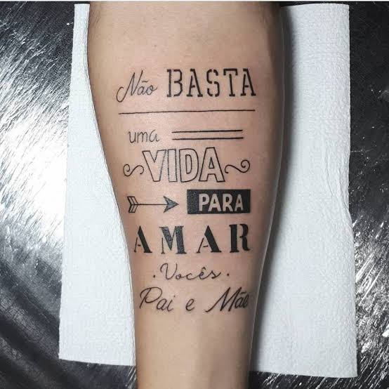 tatuagem na panturrilha masculina de frases