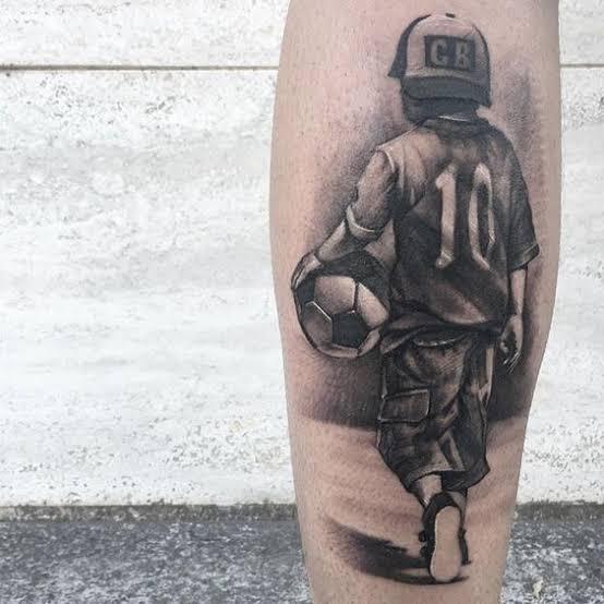 tatuagem na panturrilha masculina de futebol