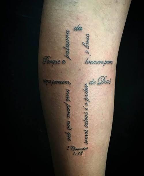 tatuagem na panturrilha masculina escrita religiosa