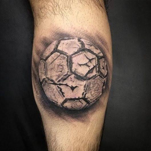 tatuagem na panturrilha masculina ideia futebol