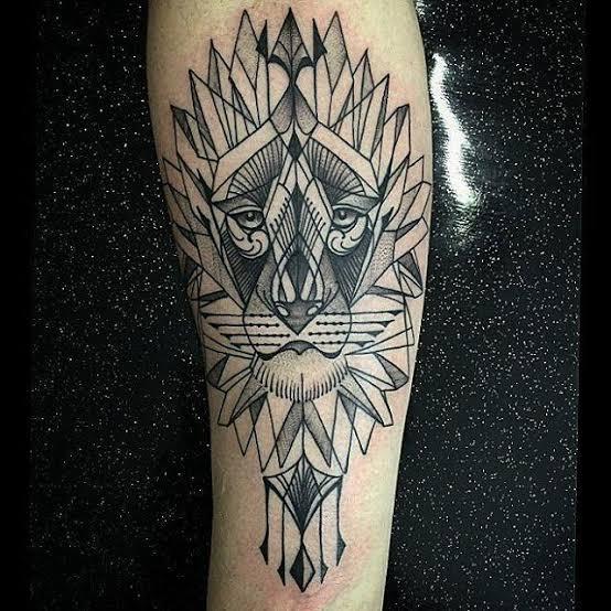 tatuagem na panturrilha masculina leão geometrico