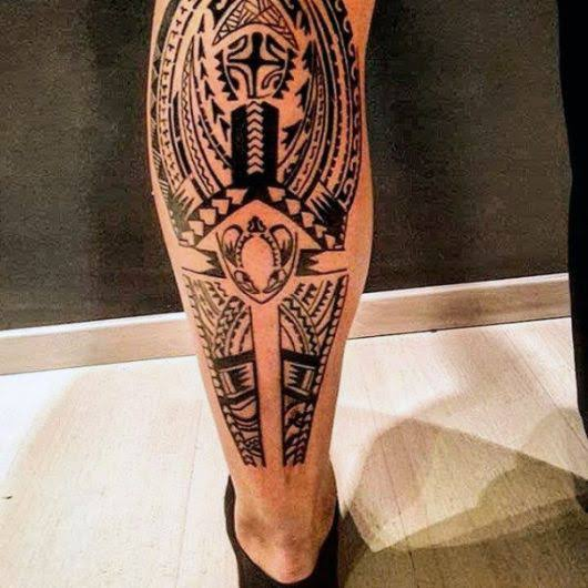 tatuagem na panturrilha masculina modelo tribal