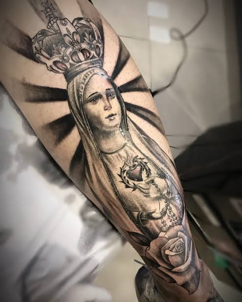tatuagem na panturrilha masculina religiosa de nossa senhora
