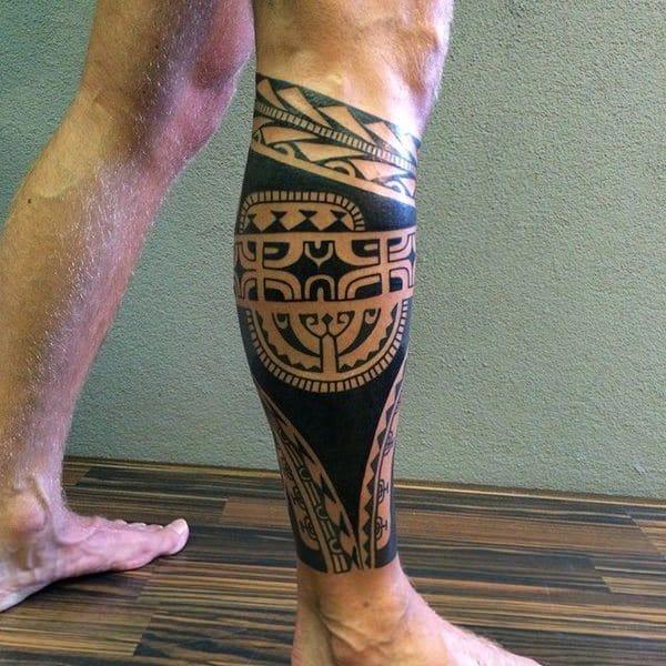 tatuagem na panturrilha masculina tribal escura