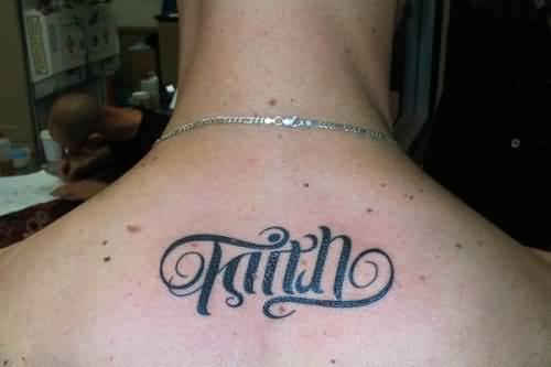 tatuagem simples masculina nas costas fé