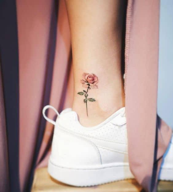 tatuagem de rosa no tornozelo