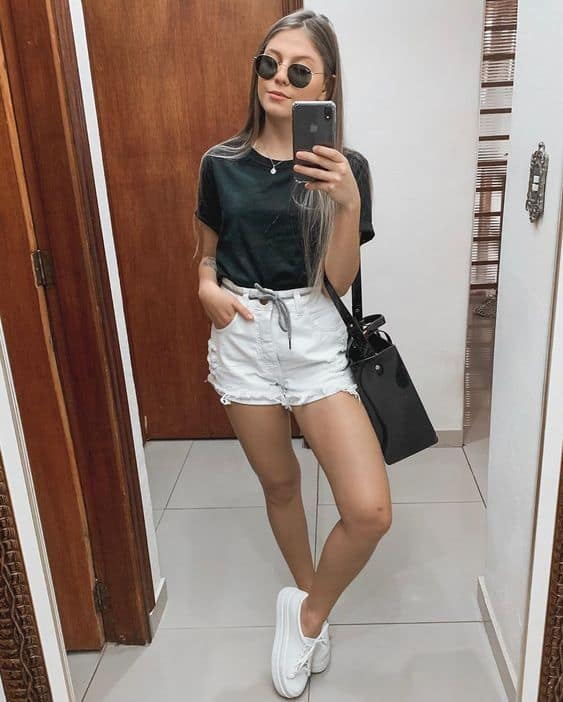 look com short jeans branco e camiseta