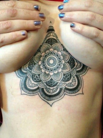 tatuagem de mandala em preto e branco