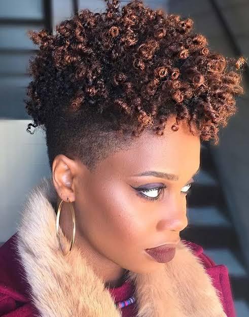 cabelo feminino com luzes e lateral raspada