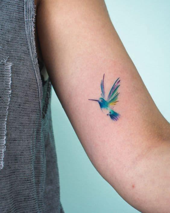 tatuagem feminina de beija flor